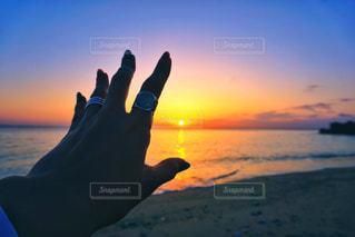 水の体に沈む夕日の写真・画像素材[1262243]
