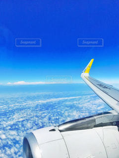 空を飛んでいる飛行機の写真・画像素材[1374171]