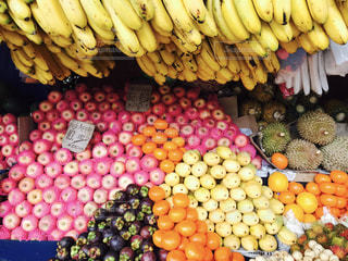 店のディスプレイ上のバナナの束の写真・画像素材[1374172]