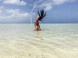 水の体の横にある砂浜のビーチの写真・画像素材[1427650]