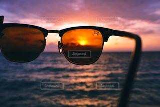 サングラス越しの世界の写真・画像素材[1500361]