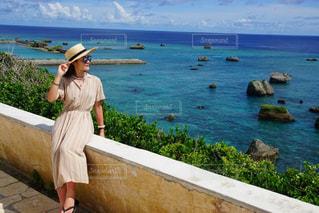 海を眺める女性の写真・画像素材[3493121]