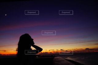 夕日の前に立っている女の写真・画像素材[3493174]