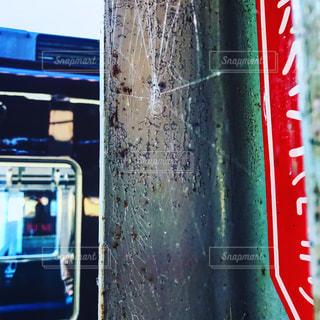 建物の側に座っているバスの写真・画像素材[732763]