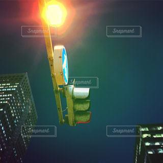 交通信号は夜ライトアップします。の写真・画像素材[756431]