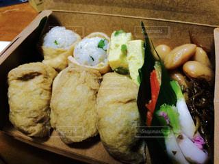 テーブルの上に食べ物の種類でいっぱいのボックスの写真・画像素材[1278386]