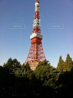 建物の側に時計と大きな背の高い塔の写真・画像素材[1280225]