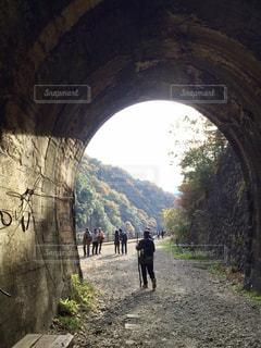 トンネルで馬に乗る男の写真・画像素材[1280231]