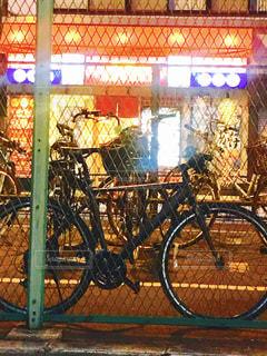 自転車は建物の脇に駐車の写真・画像素材[1293315]