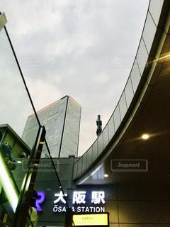 建物の側面を離れて掛かる記号の写真・画像素材[1293694]