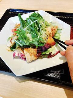 テーブルの上に食べ物のプレートの写真・画像素材[1294938]