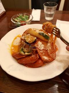 テーブルの上に食べ物のプレートの写真・画像素材[1294942]