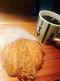 木製のテーブルの上に座ってコーヒー カップの写真・画像素材[1294945]