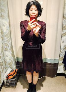 カメラにポーズ鏡の前に立っている女性の写真・画像素材[1294948]