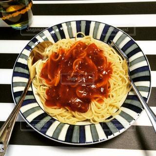 テーブルの上に食べ物のプレートの写真・画像素材[1295113]