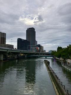 水の体の上の橋の写真・画像素材[1300834]