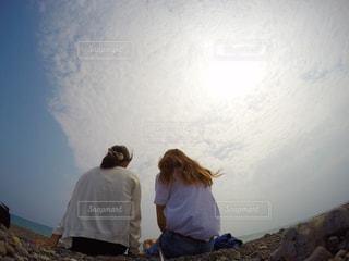 男と女のカメラ目線の写真・画像素材[724351]