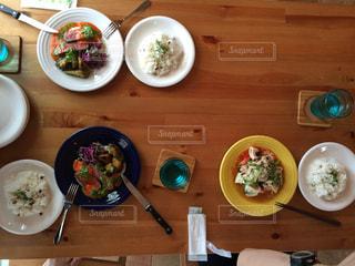 木製のテーブルの上に食べ物のボウル - No.1066483