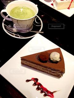 カフェのケーキとカップの写真・画像素材[1328303]