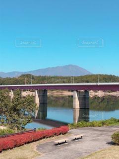 水の体の上を橋を渡る列車の写真・画像素材[1560771]
