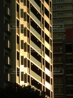 夕日のマンションの写真・画像素材[2921061]