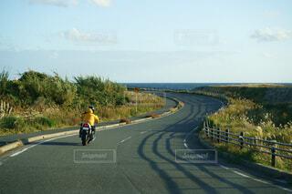海に向かう道を走るオートバイの写真・画像素材[3967964]