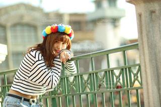 フェンスの前に立っている女性の写真・画像素材[920618]