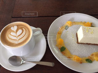 ケーキとカフェラテの写真・画像素材[589576]