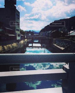 水の体の上の橋の写真・画像素材[714460]