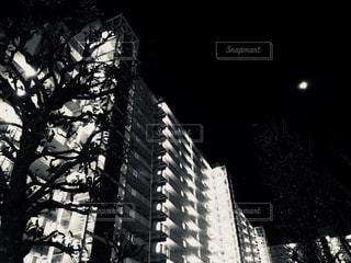 夜のマンションの写真・画像素材[993926]