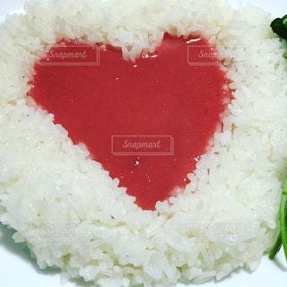 皿の上の赤と白ご飯の写真・画像素材[927541]