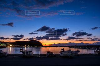 水の体に沈む夕日の写真・画像素材[822655]