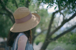 帽子をかぶった女性の写真・画像素材[3272432]