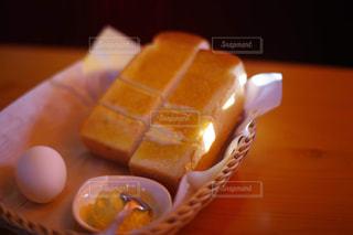 木製のテーブルの上に座っているケーキの写真・画像素材[3272442]