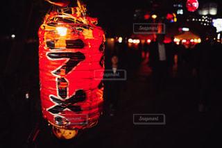 夜の赤信号のクローズアップの写真・画像素材[3272573]