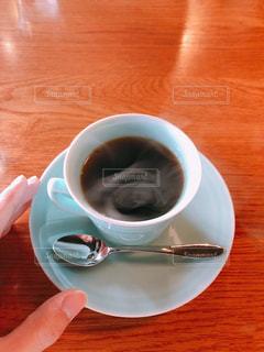 木製テーブルとコーヒーカップの写真・画像素材[1185791]