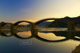 水の体の上の橋の写真・画像素材[1529867]