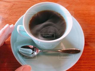 テーブルの上のコーヒーカップの写真・画像素材[1611288]