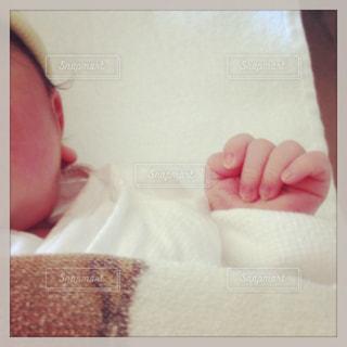 ベッドで眠っている赤ちゃんの写真・画像素材[992432]