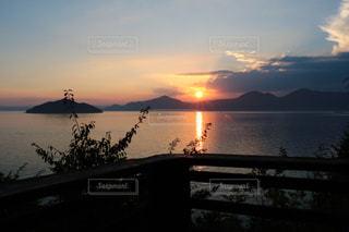 水の体に沈む夕日の写真・画像素材[736225]