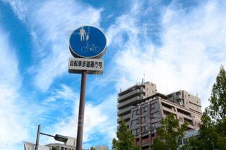街の通り上のポール上の標識 - No.736228