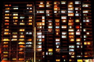 背の高い建物が夜ライトアップ - No.756406