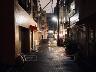 夜の狭い街の写真・画像素材[1031169]