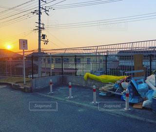 夕焼けのゴミ捨て場の写真・画像素材[1031171]