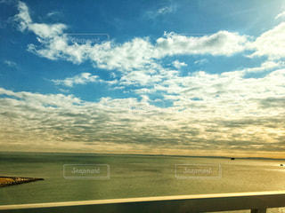 晴れと曇りの海の写真・画像素材[934913]