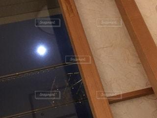 屋内からの月の写真・画像素材[1271261]