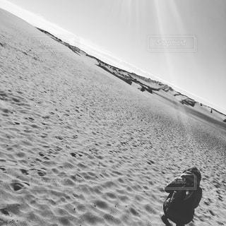 砂浜で座っている男 - No.867942