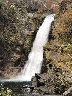 いくつかの水の上の大きな滝 - No.875759