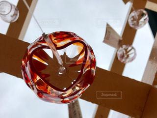 テーブルの上のビールのグラスの写真・画像素材[705870]
