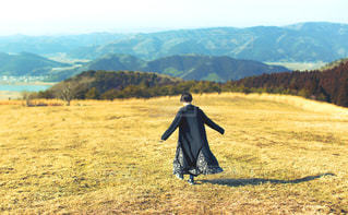 高原を歩く女の子の写真・画像素材[1058375]